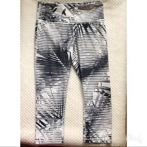 GAPFIT Palm Stripe Capris Medium